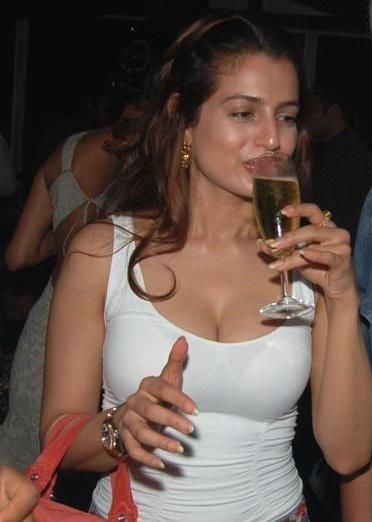 bollywood-celebs-their-drunk-avatars_1362982181181